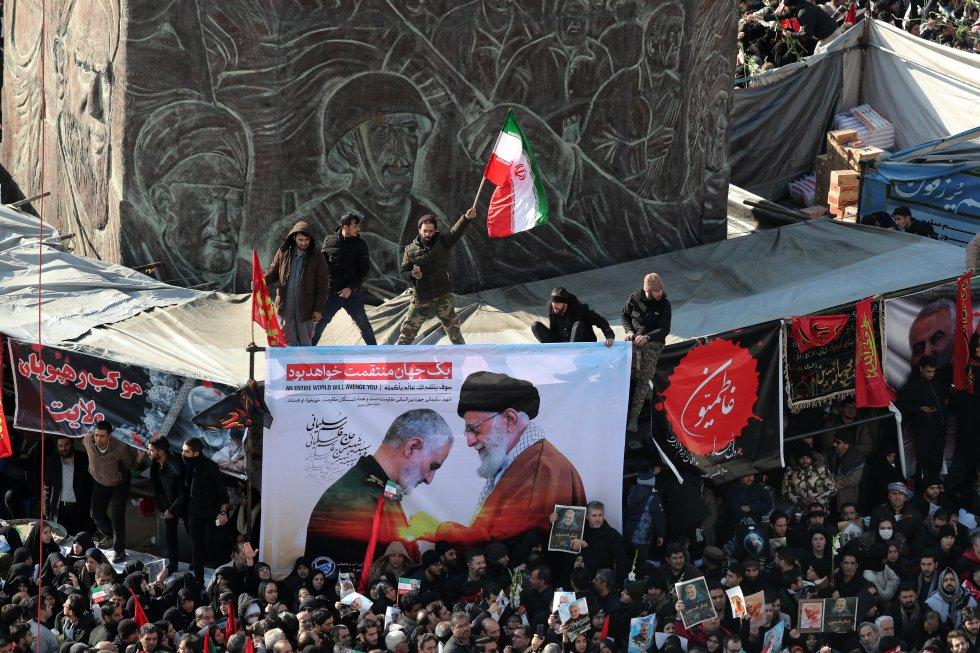 غرق حشد في شوارع طهران يوم الاثنين للاحتفال بالجنرال قاسم سليماني ، القائد الإيراني الأكثر شهرًا