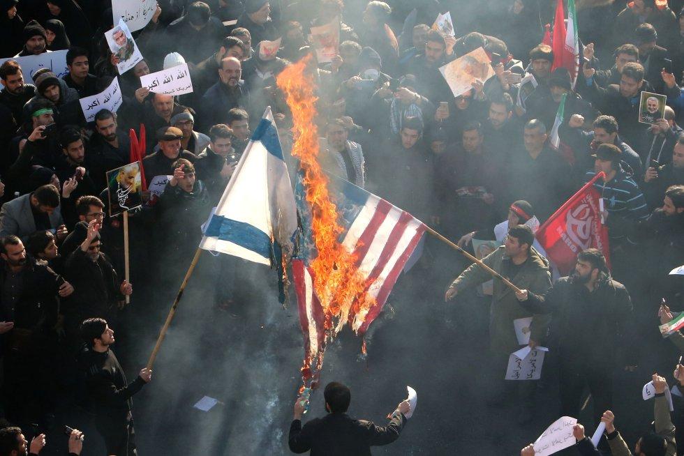نحن في موكب جنازة سليماني يحرقون أعلام الولايات المتحدة وإسرائيل في شوارع طهران.