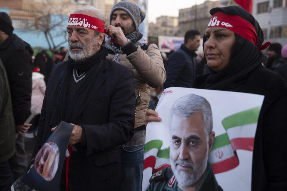 """في صباح متجمد ومشمس، غزت مد بشري الطرق انغلاب ( """"ثورة"""" باللغة الفارسية)، آزادي ( """"الحرية"""") ومحيطها، بأعلام حمراء (لون دماء """"الشهداء"""") أو الإيرانيين، ولكن أيضا اللبنانيين والعراقيين."""