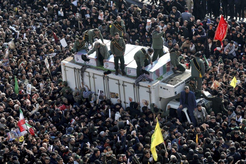 قتل سليماني، مهندس السياسة الإيرانية التوسعية في الشرق الأوسط كرئيس لقوة القدس لحرس الثورة، الجمعة في هجوم بطائرة أمريكية بدون طيار بالقرب من مطار بغداد.  في الصورة ، توابيت تحمل رفات الجنرال.